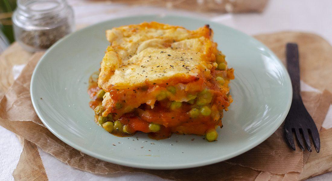 recetas vegetarianas para principiantes: pastel de patata con berenjena en salsa. Fácil y saludable. Barato.