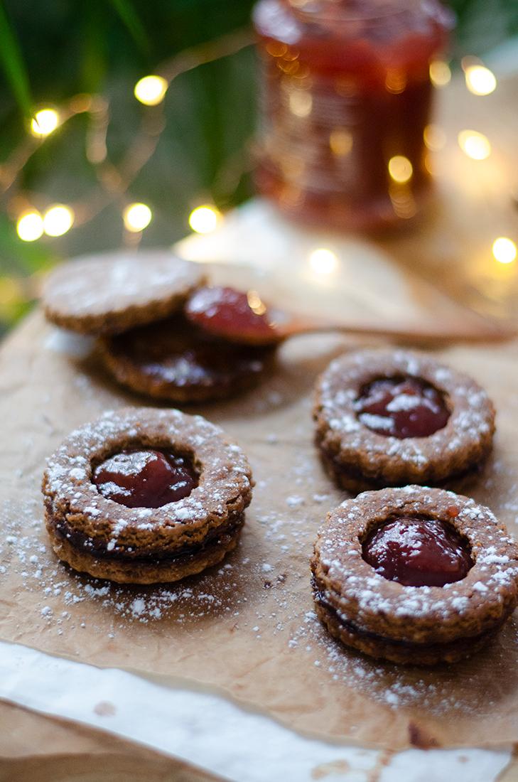 Galletas de avena para navidad: jengibre, canela y rellenas de mermelada. Veganas. Sin huevo.