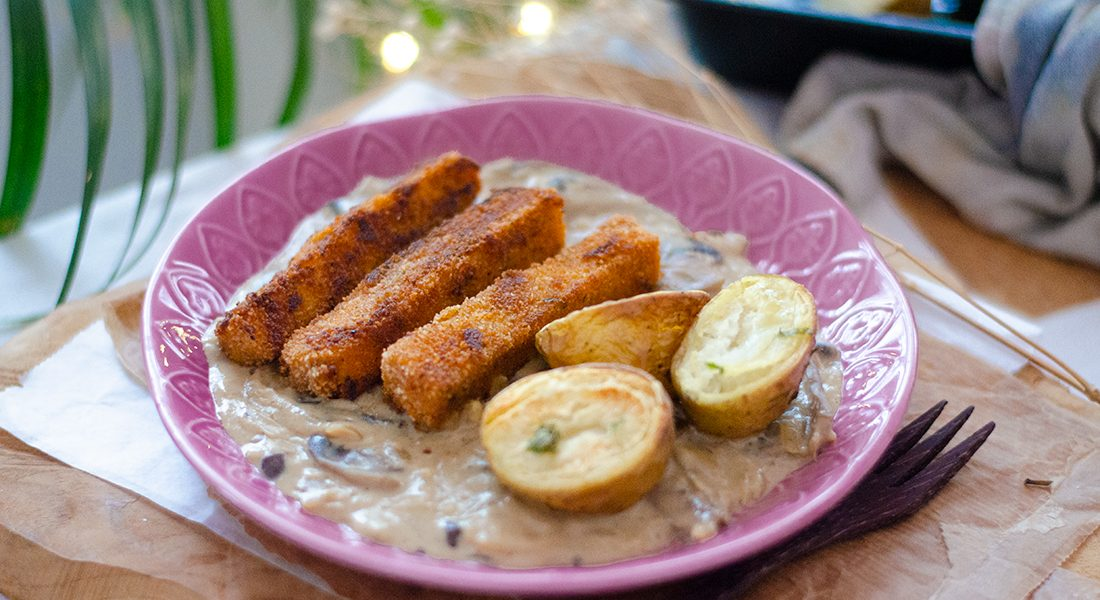 Recetas de Navidad veganas y vegetarianas. Fingers tofu con salsa setas y patatas asadas. Fácil.