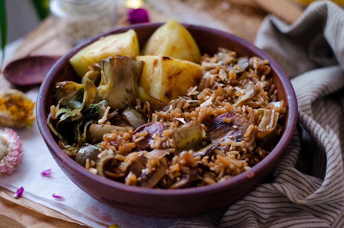 Arroz con salsa de soja, alcachofas y setas