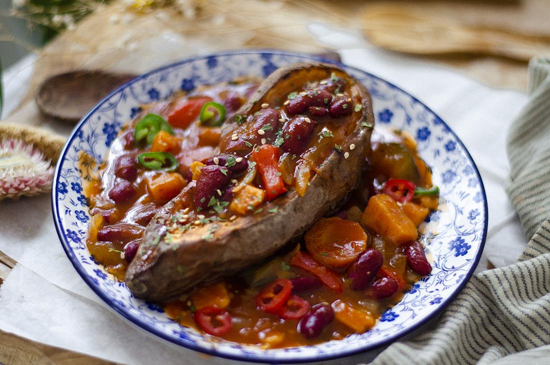 Boniato con Estofado rápido y fácil de legumbres (alubias). Sin carne. Vegano.
