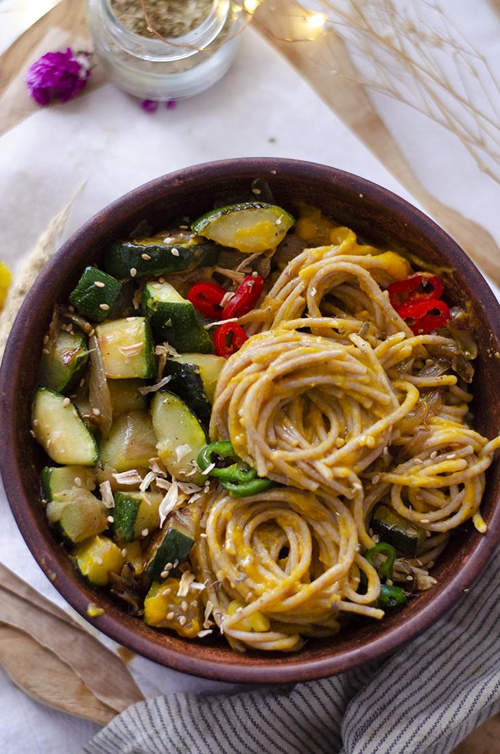 Espaguetis de espelta con salsa de boniato y verduras. Recetas veganas fáciles.