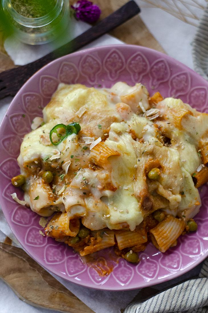 Macarrones con boloñesa sin carne en salsa de queso vegano casero de patata. Recetas veganas fáciles.