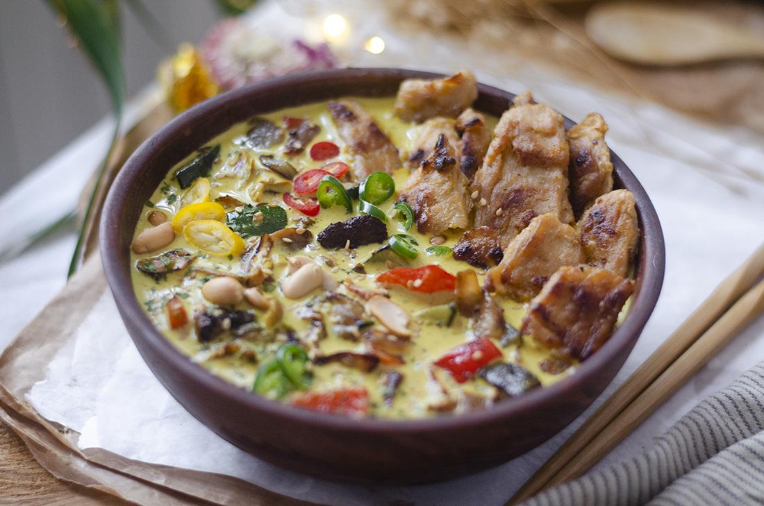 Bowl de curry picante con heura, verduras y cacahuetes. Recetas veganas y vegetarianas fáciles.