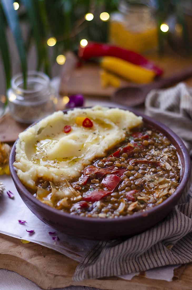 Recetas vegetarianas fáciles: cocido de lentejas sin carne, con puré de patatas.