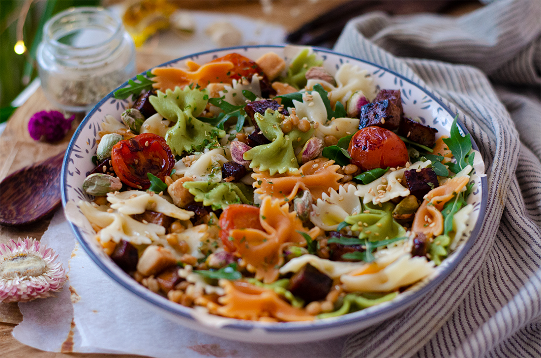 Recetas vegetarianas: ensalada de pasta con rúcula, lentejas, tofu, cherrys y pistachos.