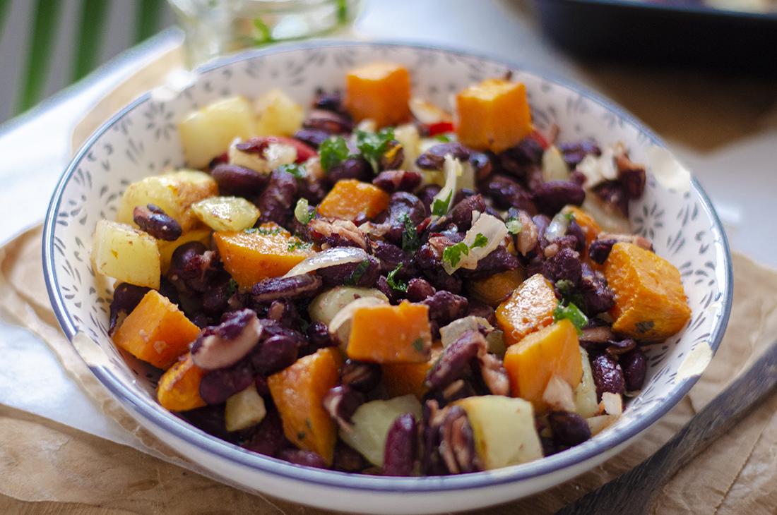 Revuelto de alubias, boniato y patata al horno con salsa verde. Recetas vegetarianas fáciles.