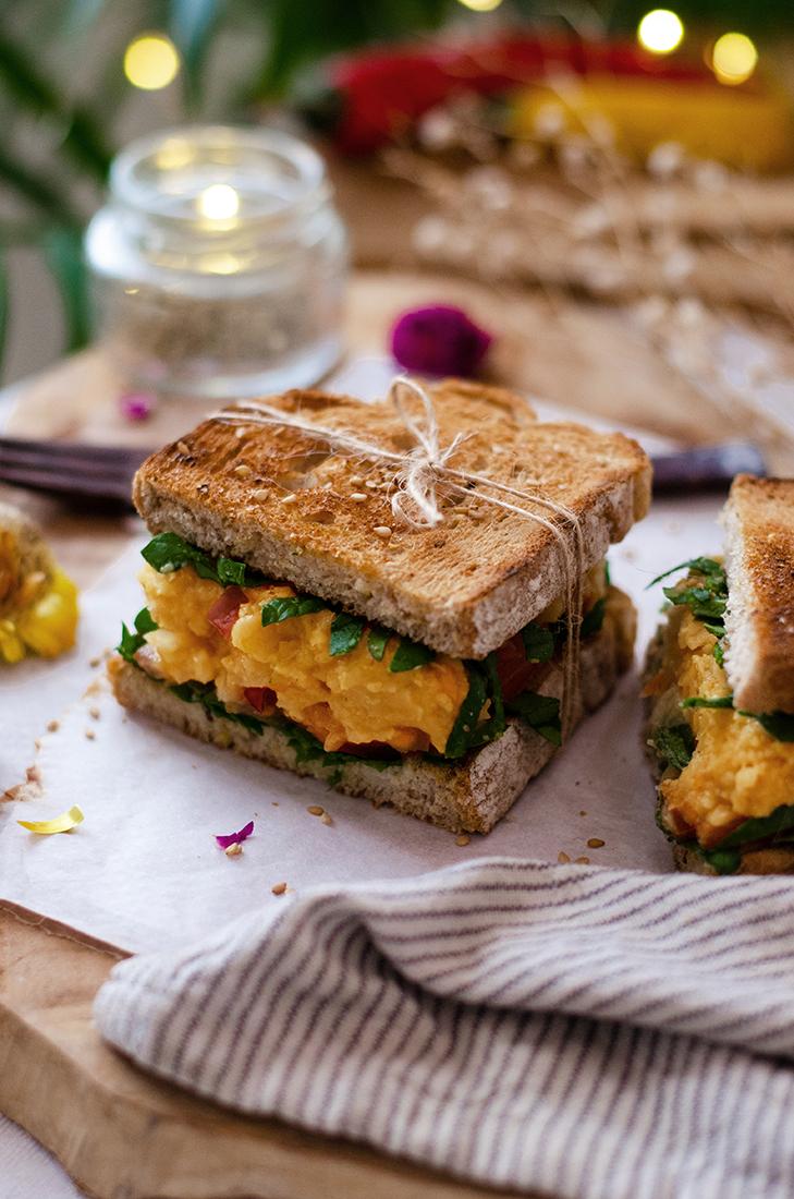 Sándwich vegetal: picadillo de garbanzo, cebolla y tomate, espinacas.