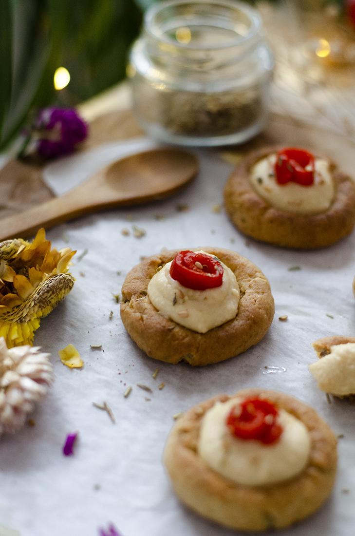Tartaletas de hummus con pimiento asado. Recetas vegetarianas y veganas.