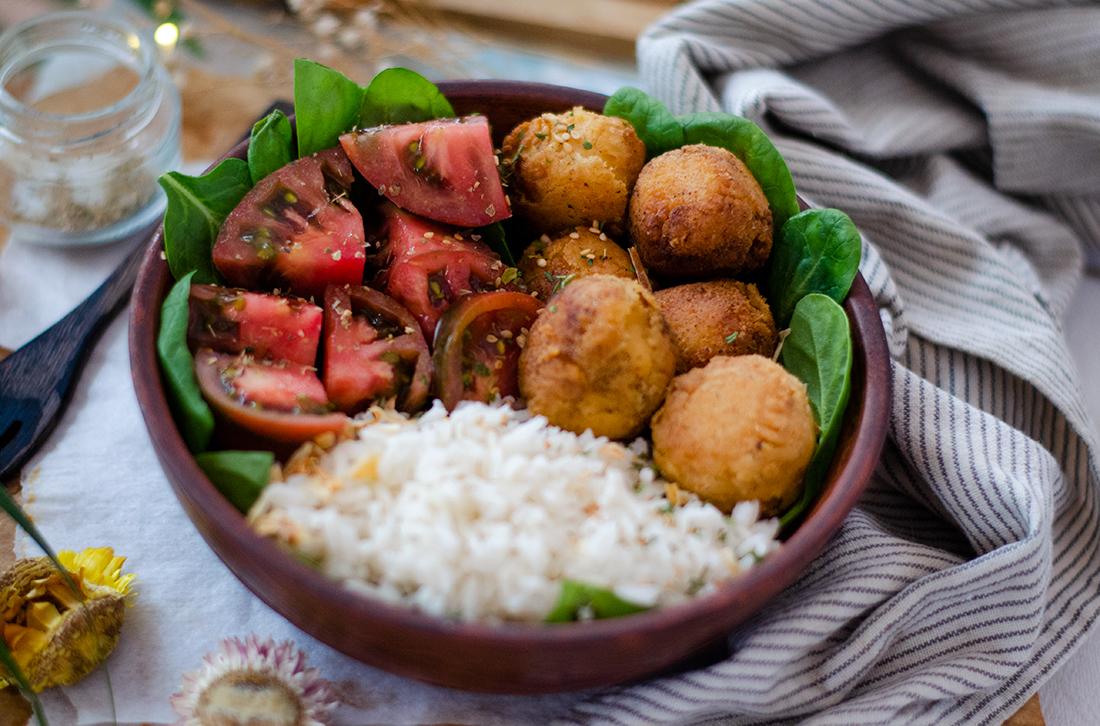 Bowl: Croquetas de garbanzo caseras con ensalada y arroz Recetas veganas fáciles.