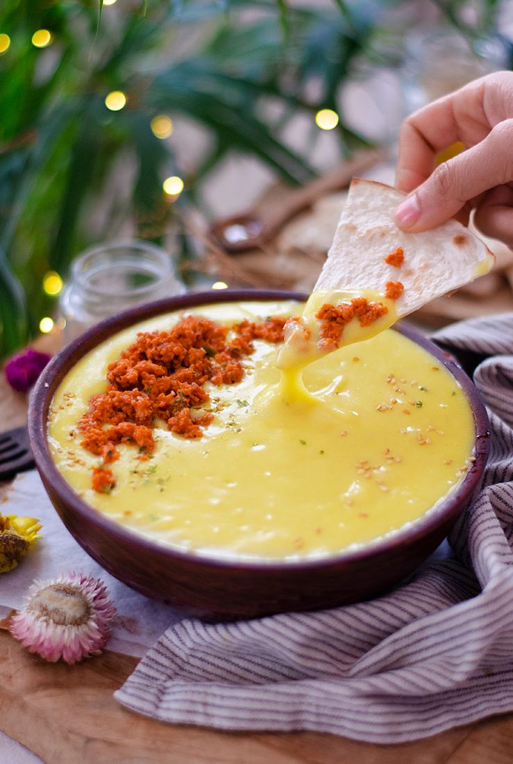 Recetas veganas fáciles: queso de patata con nachos y boloñesa sin carne.