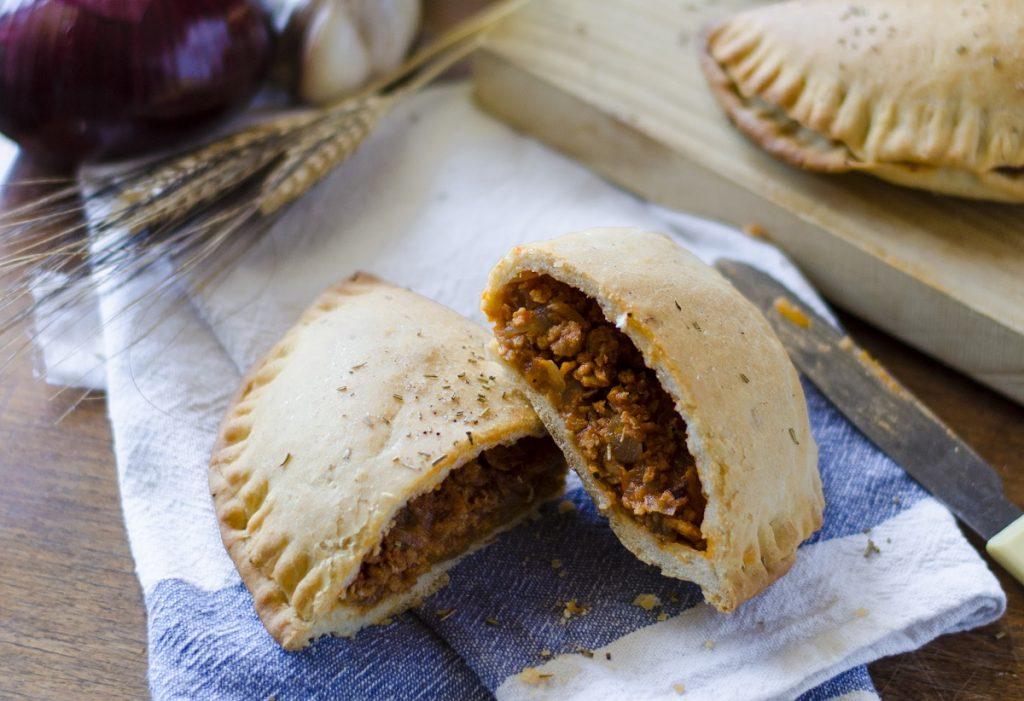 Recetas veganas fáciles: empanadillas caseras de boloñesa sin carne.