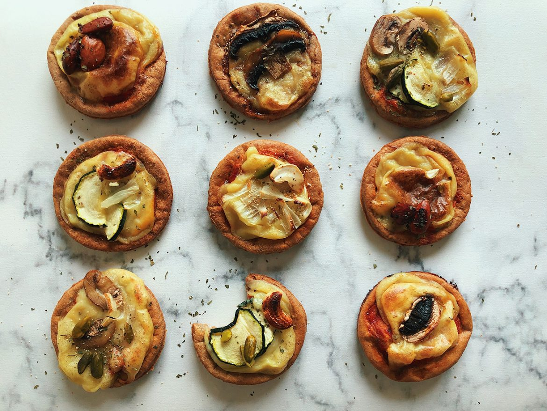 Recetas: mini pizzas proteicas veganas con queso de patata.