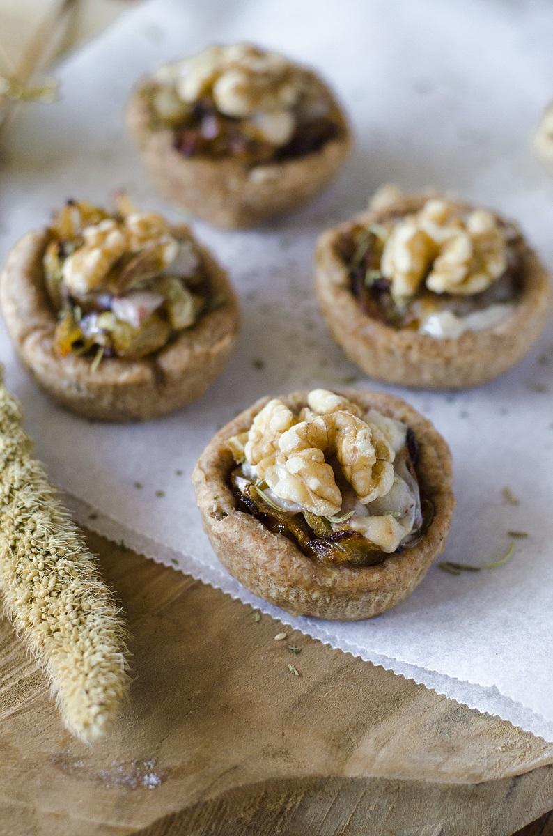Tartaletas de nueces, queso vegano y cebolla caramelizada. Un snack vegano y saludable.
