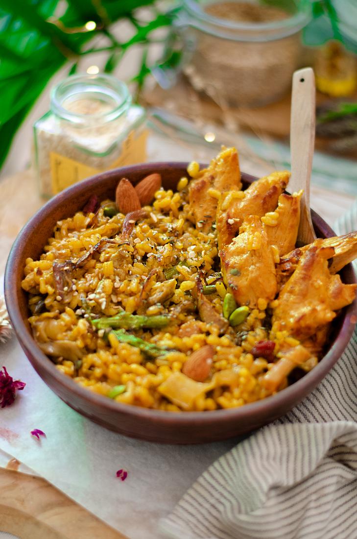 Recetas vegetarianas: bowl de arroz al curry con verduras: espárragos y setas. Heura.