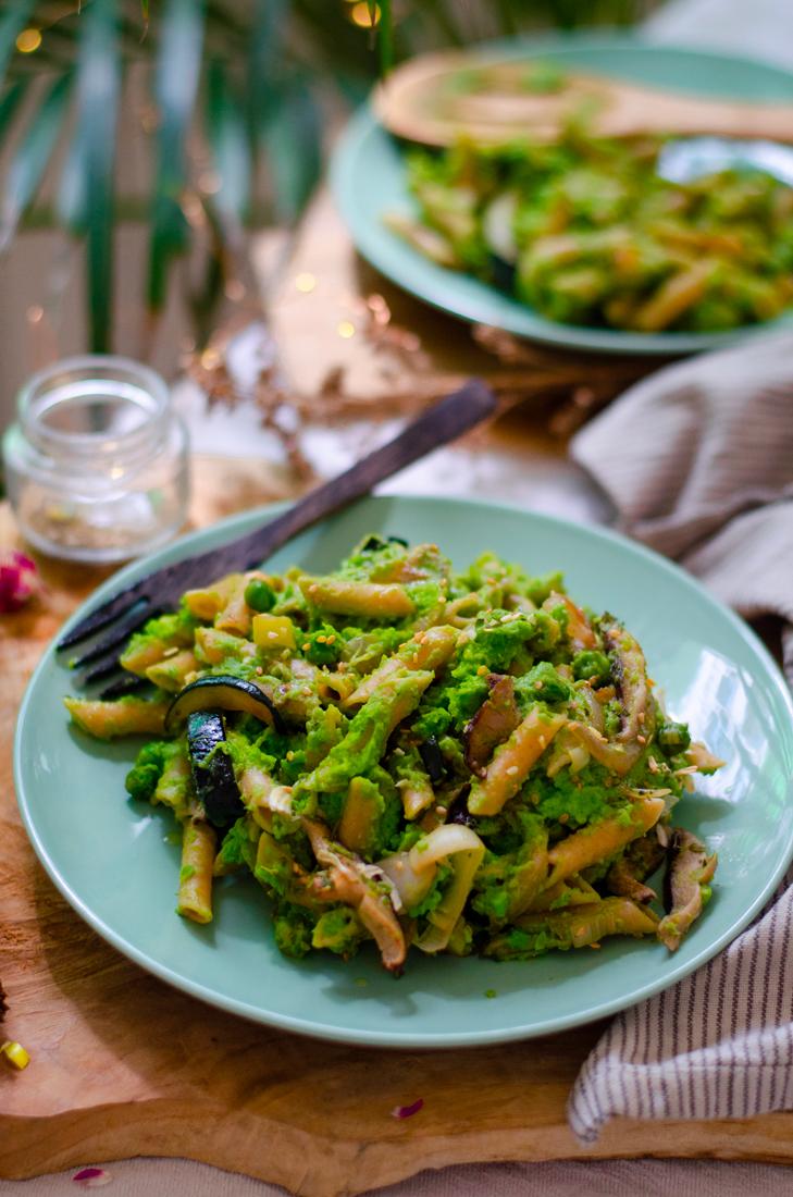Pasta vegetariana: salsa de brócoli y guisantes con setas