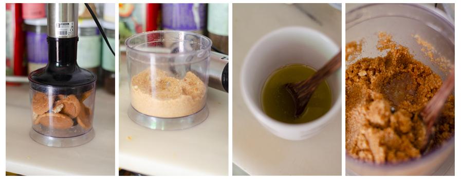 Mezclamos la galleta con la margarina o aceite de coco