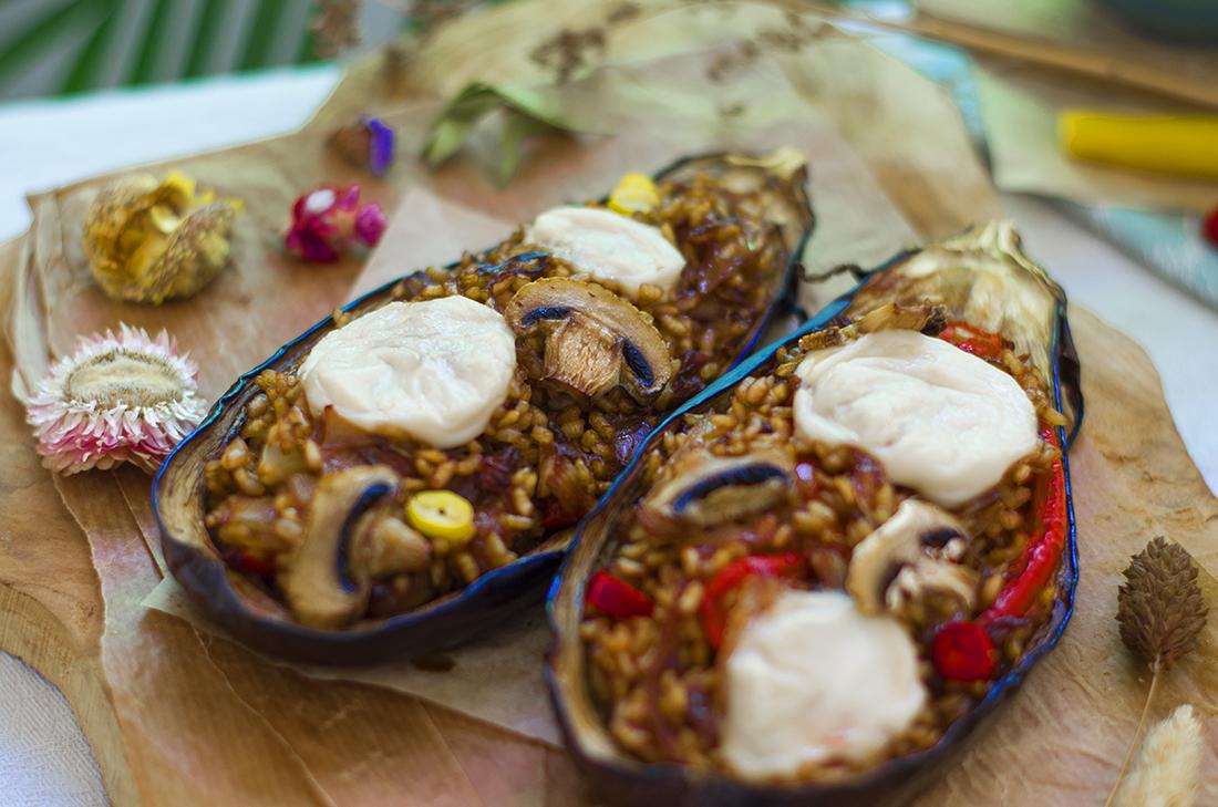 Recetas veganas fáciles: berenjenas rellenas de arroz con soja y verduras.