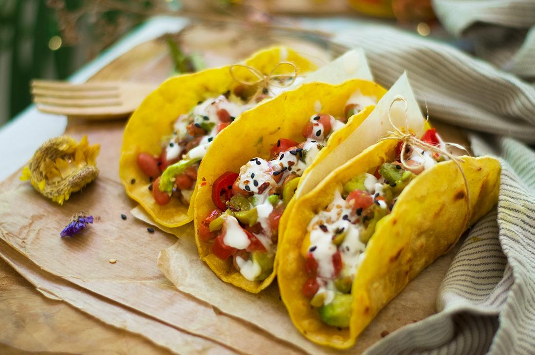 Receta sin carne: tacos vegetarianos de alubias con aguacate, tomate... Saludable, barato y fácil.