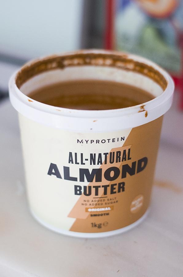 Mantequilla de almendras - Tarta brownie con leche condensada vegana.
