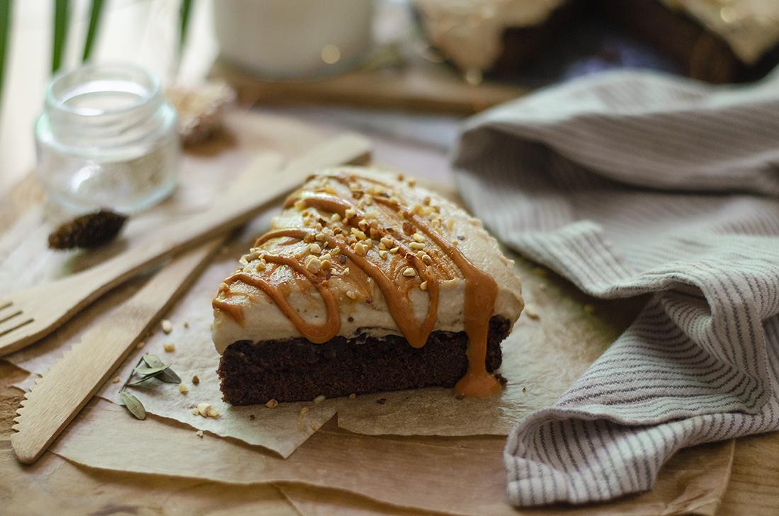 Tarta brownie con leche condensada vegana, sabor vainilla, con mantequilla de almendras. Recetas veganas dulces.