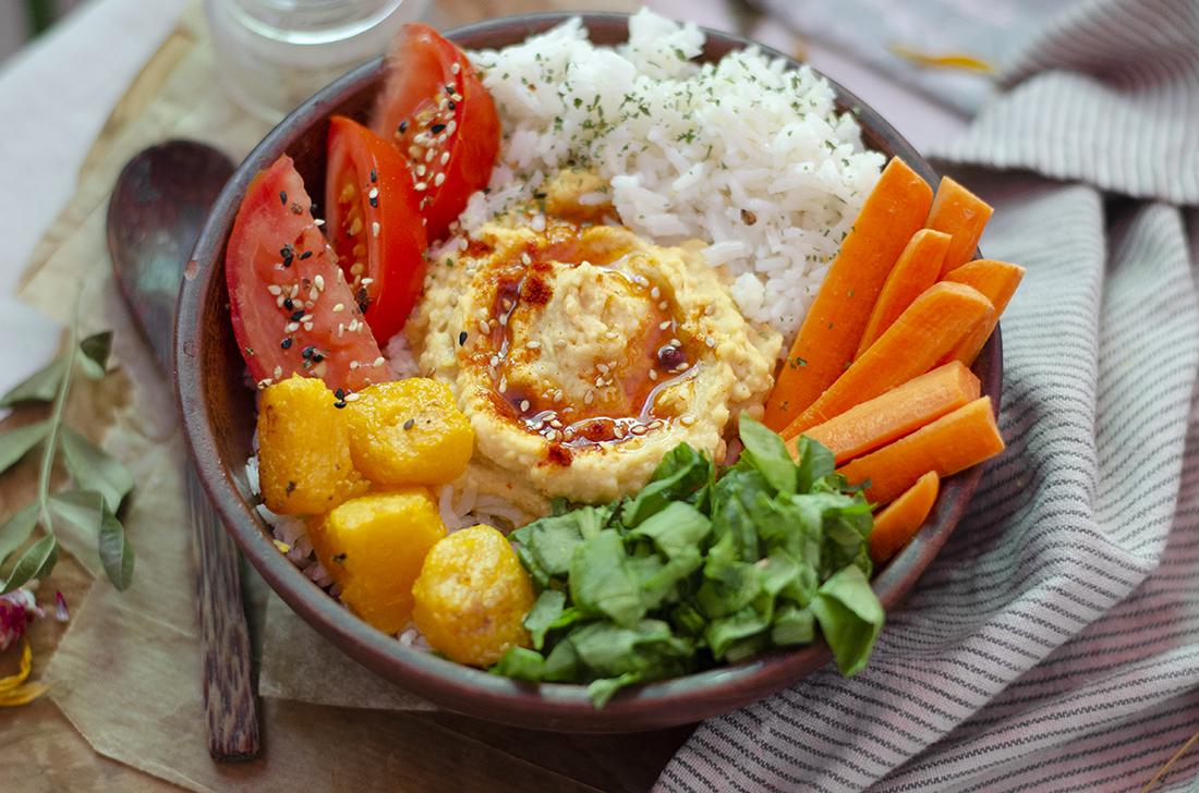 Bowl saludable de arroz con hummus casero, crudités de verdura. Recetas vegetarianas y veganas. Sin carne.