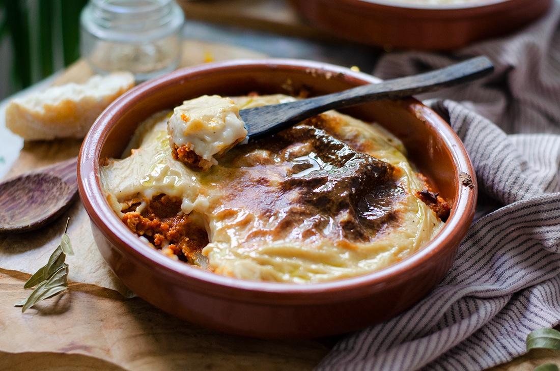 Pastel de sobrasada vegana con patata y bechamel sin leche. Recetas veganas fáciles. Sin carne.