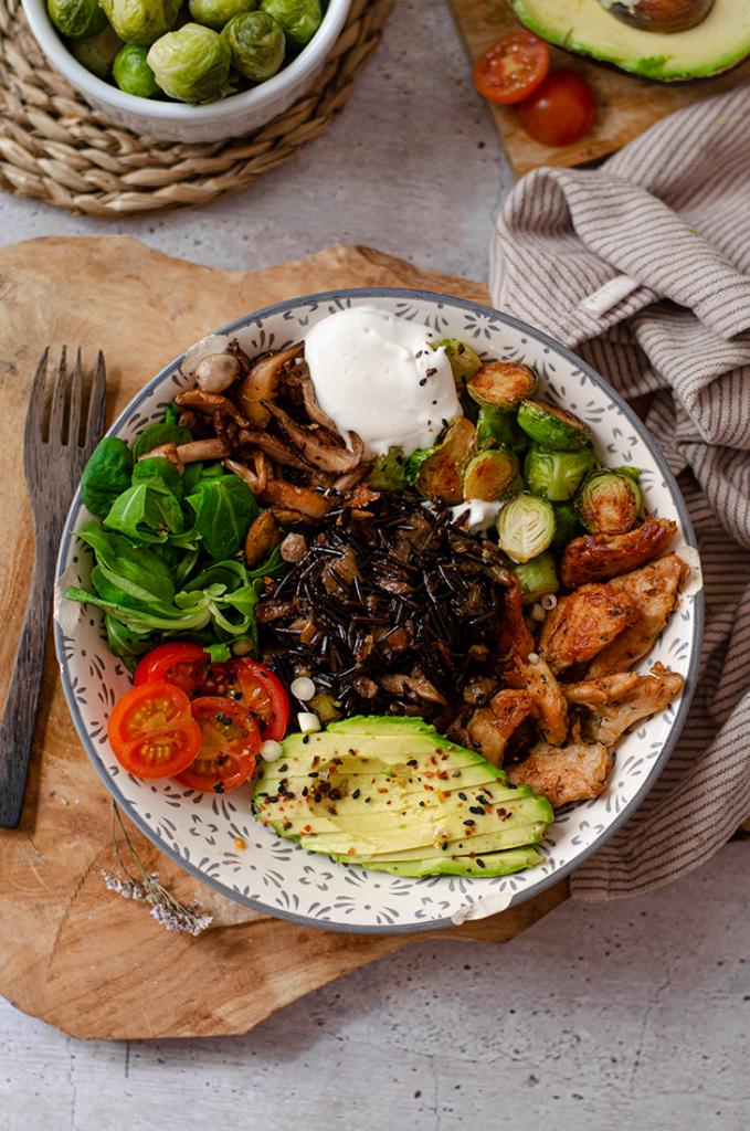 Bowl ensalada de arroz negro con ajoaceite (alioli) vegano