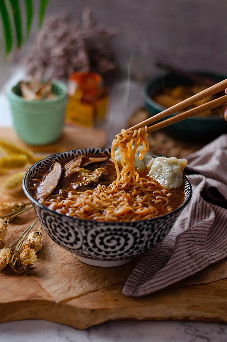 Receta: sopa de noodles y gyozas. Vegana. Recetas de sopas saludables para invierno.