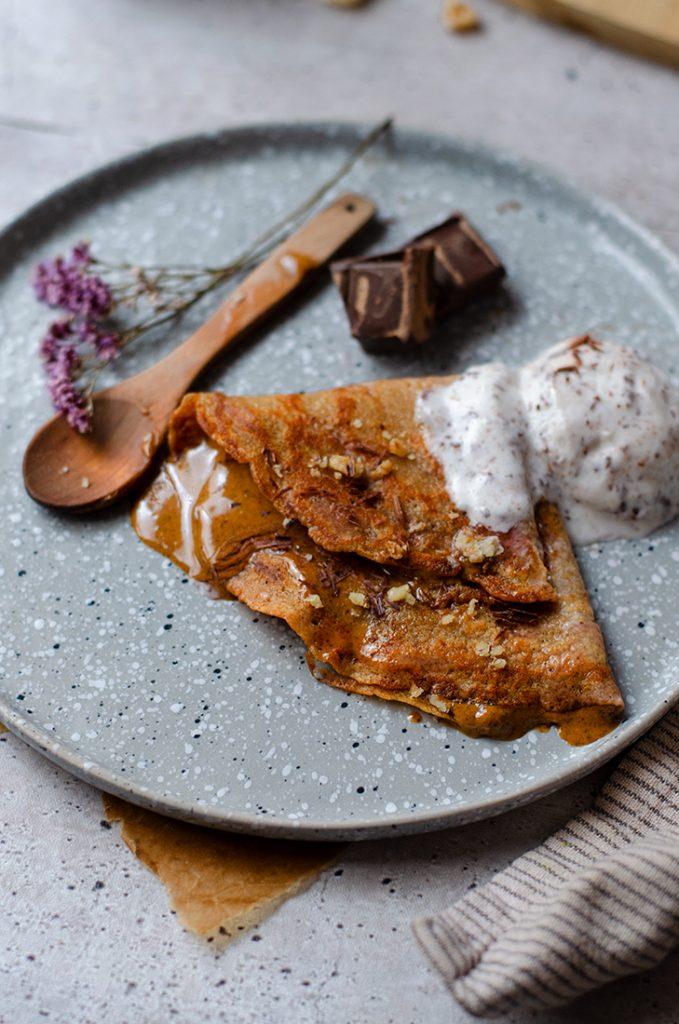 Creppes veganas de vainilla rellenas de crema de frutos secos. Recetas veganas dulces y fáciles paso a paso.