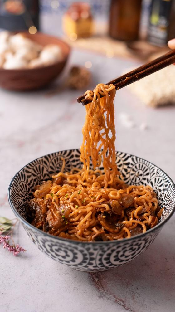 Hatcho miso noodles con setas. Vegano y fácil.