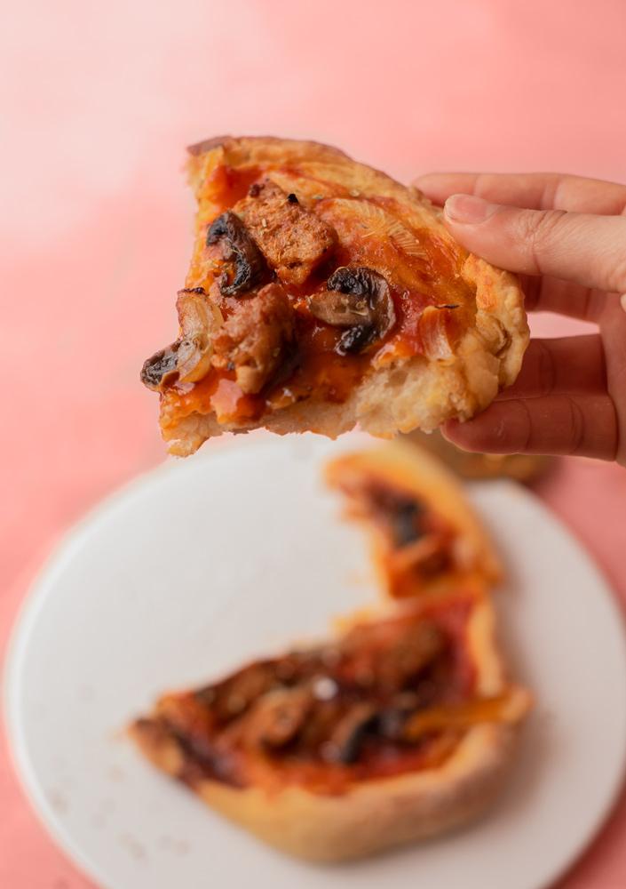 Masa casera para pizza. Fácil, vegana, para cocineros principiantes.