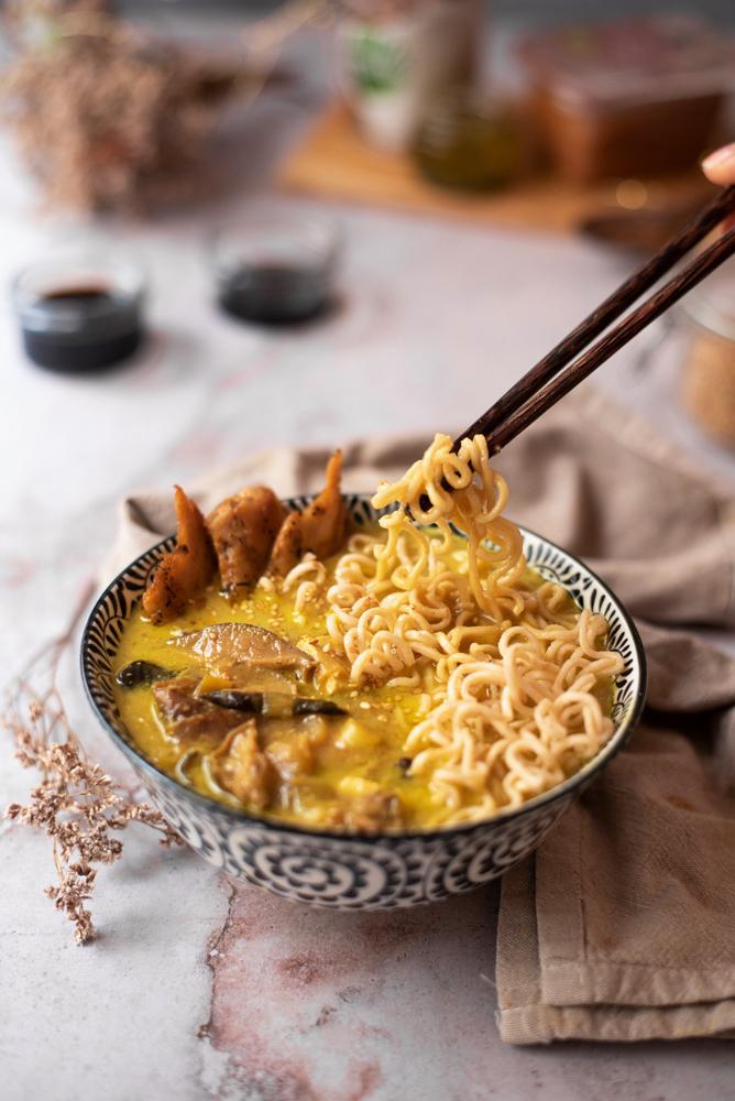 Receta: sopa de noodles al curry, con leche de coco, inspiración oriental. Vegetariano, vegano, sin carne.